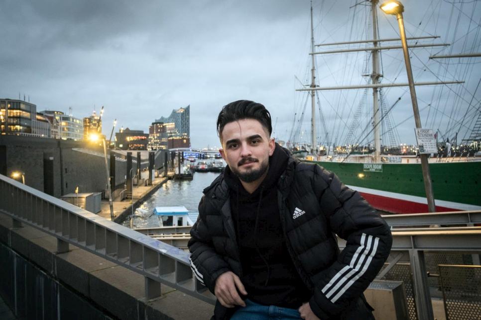 El refugiado sirio Majed Al Wawi es fotografiado en St. Pauli Landing, cerca de su lugar de trabajo, terminal de contenedores Burchardkai en el puerto Hamburgo HHLA.