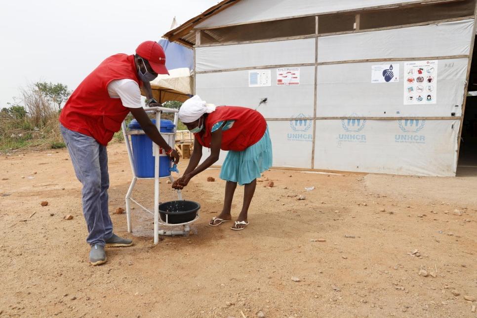 Estos dos refugiados cameruneses forman parte del equipo de voluntarios de la comunidad de refugiados y población de acogida que promueven prácticas de higiene y del comité de agua y saneamiento en el asentamiento de refugiados de Ukende, en Nigeria. ACNUR ha proporcionado formación para reforzar las capacidades de estos voluntarios para contribuyan activamente a la sensibilización sobre la prevención de COVID-19 entre los refugiados y la comunidad de acogida.