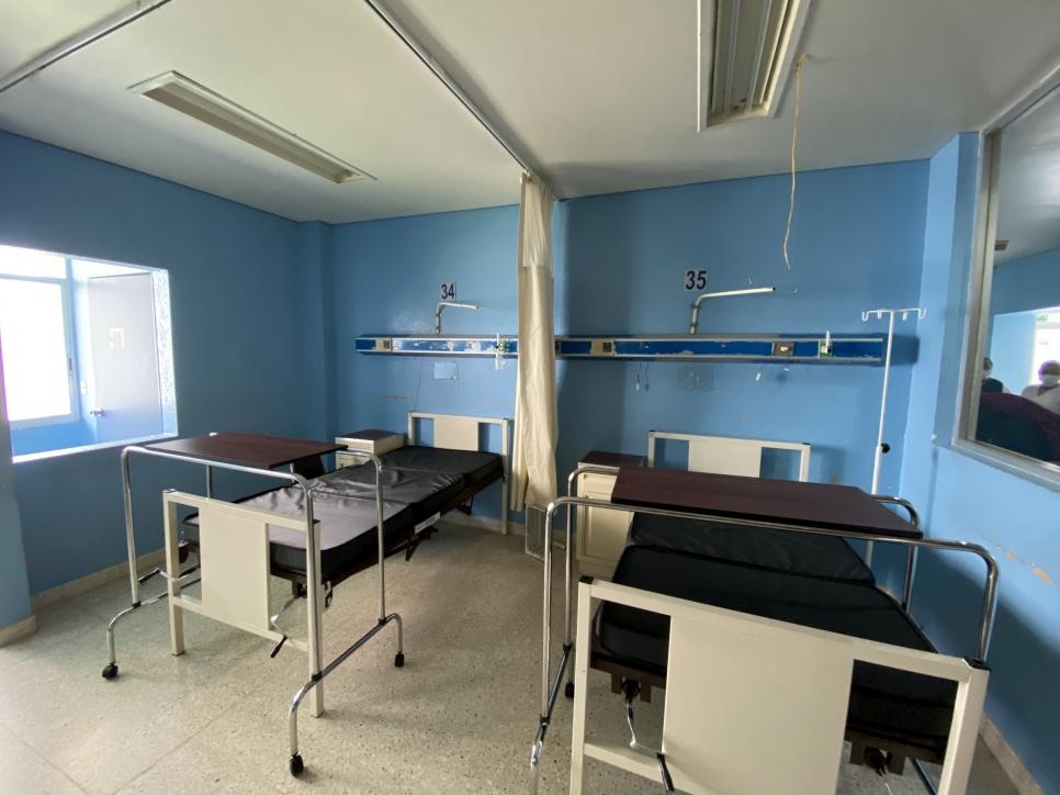 El material donado consiste en 45 camas con sus mesas puente, seis carros camilla para recuperación de urgencias para adultos, 45 burós clínicos y 60 colchones para cama clínica.