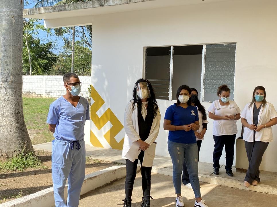 José Luis en compañía de la doctora Elizabeth de la Rosa Tovar, responsable del Centro de Salud y Alejandra Hernandez, jefa interina de ACNUR en Acayucan.