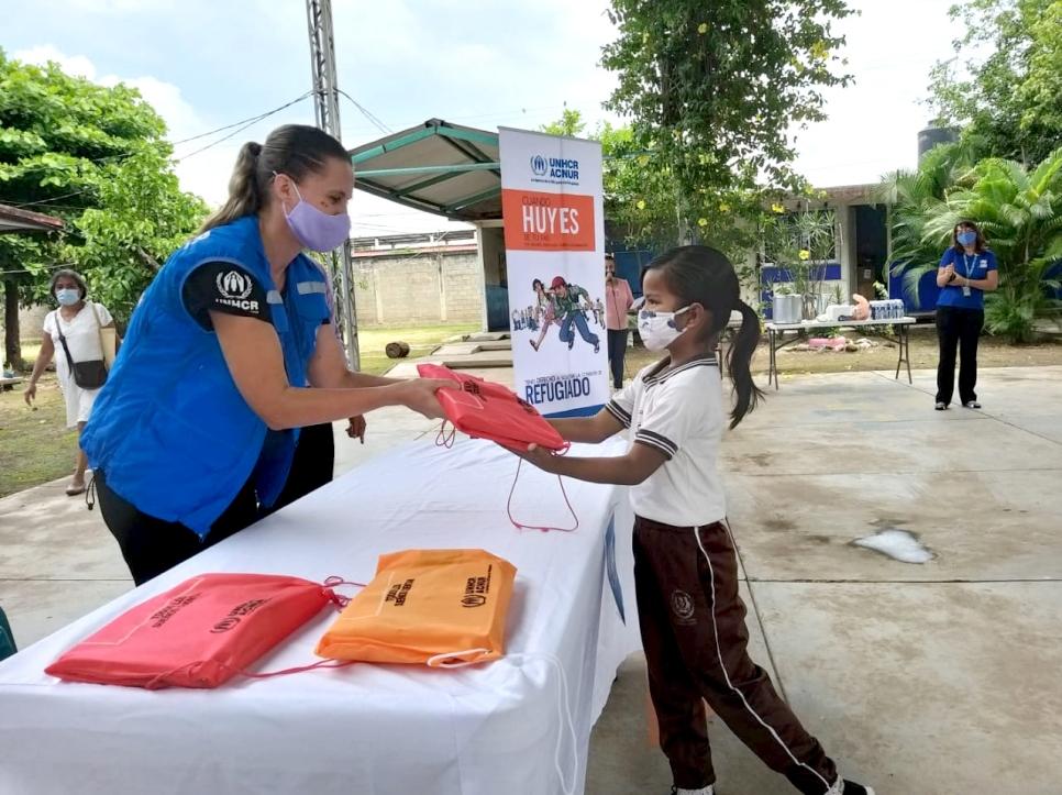 Kristin le proporciona útiles escolares a una alumna de primaria en Tapachula.
