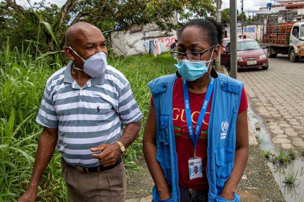 Agapito habla con una trabajadora de ACNUR sobre las dificultades que enfrenta durante la pandemia.
