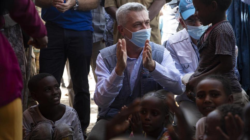 El Alto Comisionado de las Naciones Unidas para los Refugiados, Filippo Grandi, se reúne con refugiados de Etiopía en el centro de recepción fronterizo de Hamdayet, en el este de Sudán.